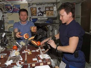 astronauts-eating-food